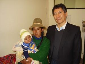 Jose' Luis con la mamma e il chirugo plastico Dott Jesus Valdivia